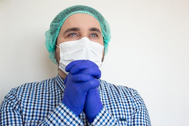 Le docteur en masque de protection prie. inspirer confiance en l'avenir pour résoudre la crise.