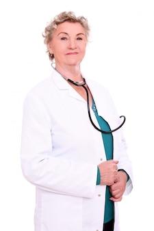Docteur mature posant sur blanc