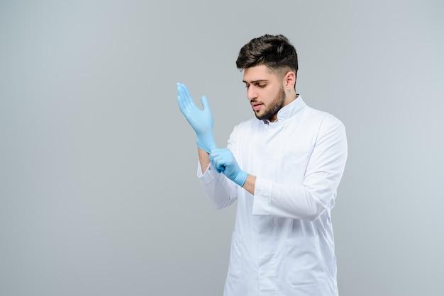 Docteur en médecine du moyen-orient dans des gants isolés sur fond gris