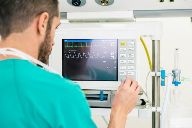 Docteur en médecine faisant un test ecg à l'hôpital