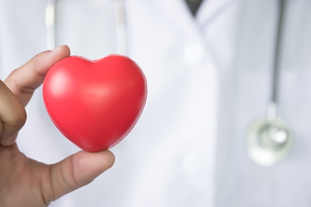 Docteur en médecine médecine coeur rouge