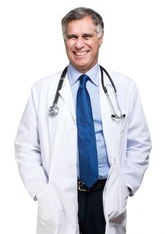 Docteur en médecine souriant avec stéthoscope. isolé sur fond blanc
