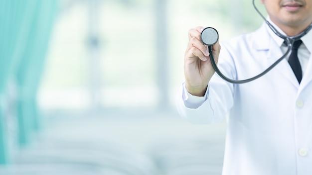 Docteur en médecine et stéthoscope dans la main touchant l'icône médical.