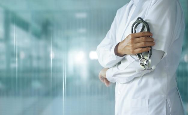 Docteur en médecine avec stéthoscope à la main à l'hôpital, technologie médicale.