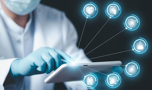 Docteur en médecine avec tablette numérique, main de docteur en médecine touchant l'icône de connexion au réseau médical avec interface d'écran virtuel moderne, concept de réseau de technologie médicale.