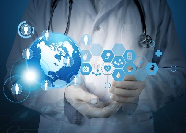 Docteur en médecine tenant un globe terrestre dans ses mains comme concept de réseau médical