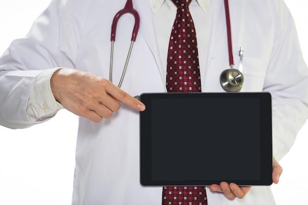 Docteur en médecine tenant la tablette face à l'avant