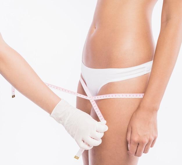 Docteur mesurant les hanches de femme