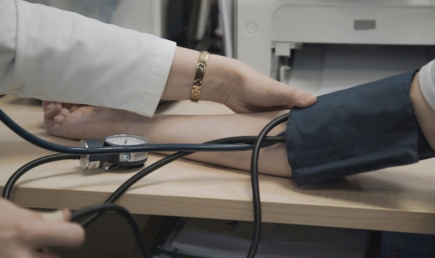 Le docteur mesure la tension artérielle du patient à l'hôpital