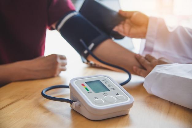 Docteur, mesurer, tension artérielle, depuis, elle, patient