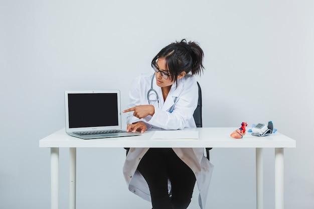 Docteur montrant l'écran de l'ordinateur portable