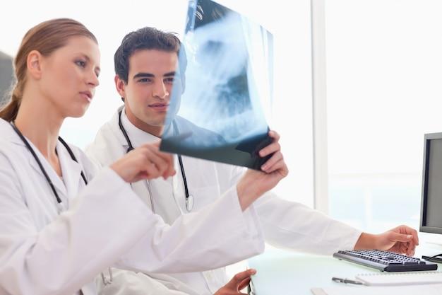 Docteur montrant sa collègue une radiographie