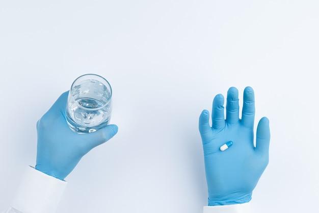 Le docteur offre des pilules et un verre d'eau