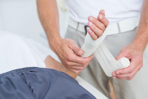 Docteur panser sa main patiente