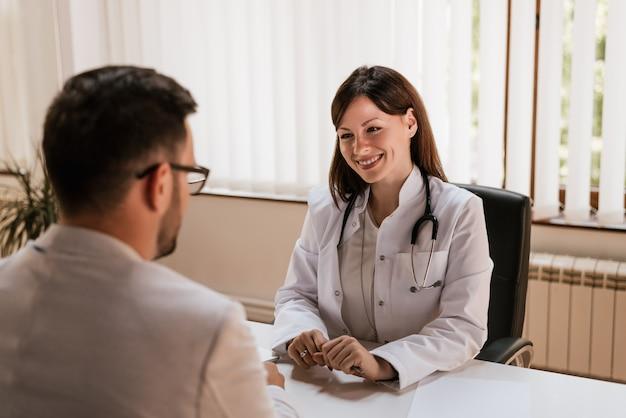 Docteur, parler, à, homme affaires, patient