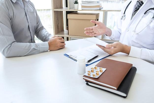 Le docteur et le patient discutent