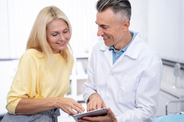 Docteur et patient souriants de coup moyen