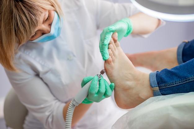 Docteur en podologie traitant les pieds et les ongles