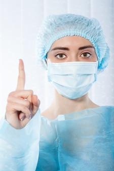 Docteur portant un masque facial. coronavirus concept, virus respiratoire. signe avec arrêt de mains