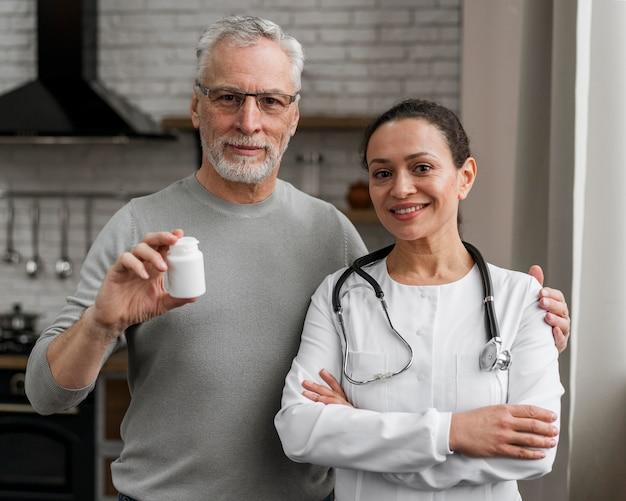 Docteur posant avec son patient