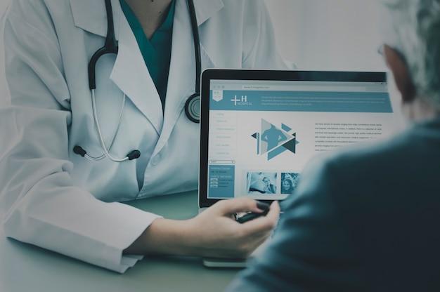 Docteur proposant un programme hospitalier au patient
