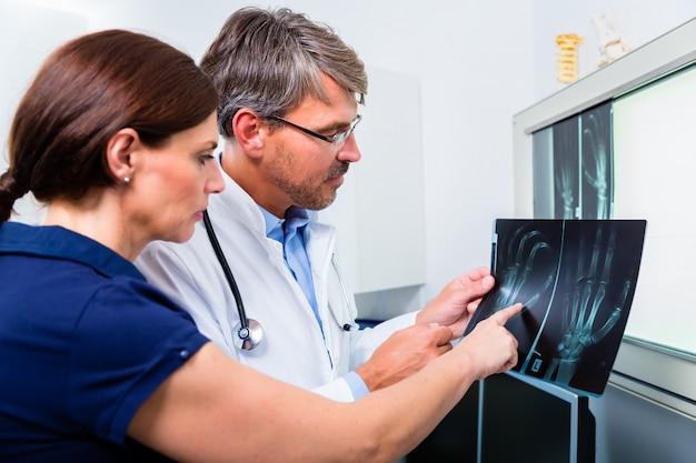 Docteur, à, radiographie, main patiente