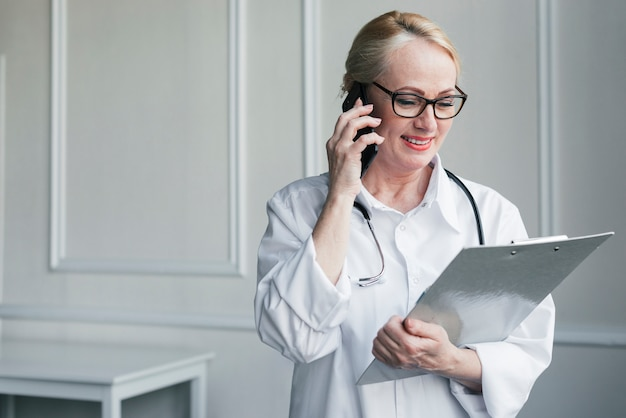 Docteur avec rapport médical