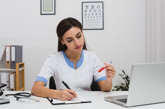 Docteur, rédaction, rapport, tenue, sang, échantillon
