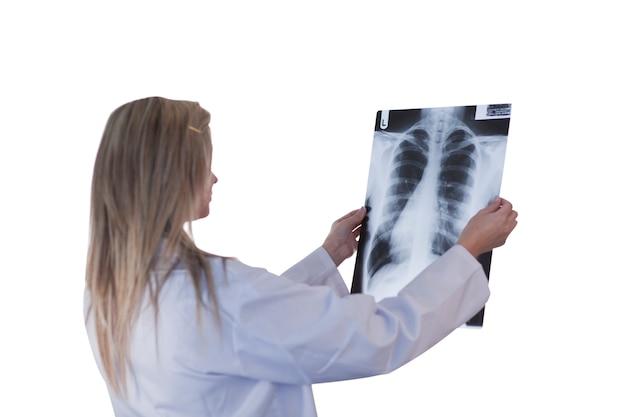 Docteur en regardant une radiographie