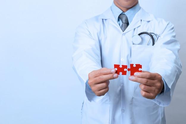 Docteur reliant des morceaux de puzzle d'une tête