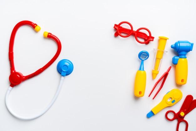 Docteur set jouet pour enfant dans le concept d'éducation créative en appartement plat