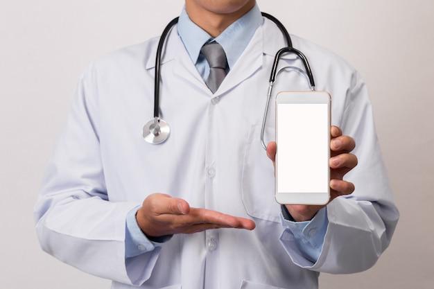 Docteur avec smartphone
