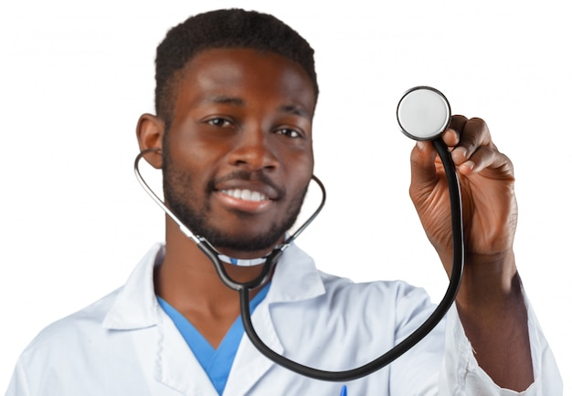 Docteur avec stéthoscope isolé sur blanc
