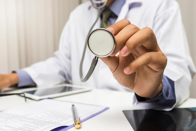 Docteur, stéthoscope, mains