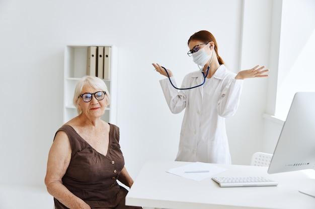 Docteur en stéthoscope de masque médical en main spécialiste médical