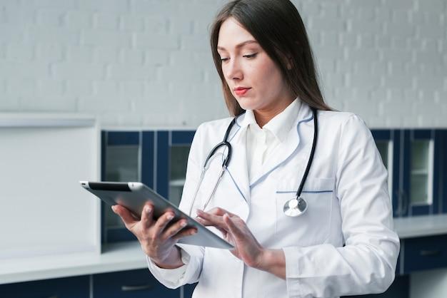 Docteur avec un stéthoscope et une tablette