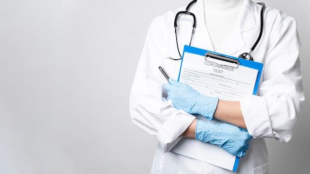 Docteur, à, stéthoscope, tenue, formulaire médical