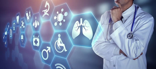 Docteur avec stéthoscope touchant les icônes numériques