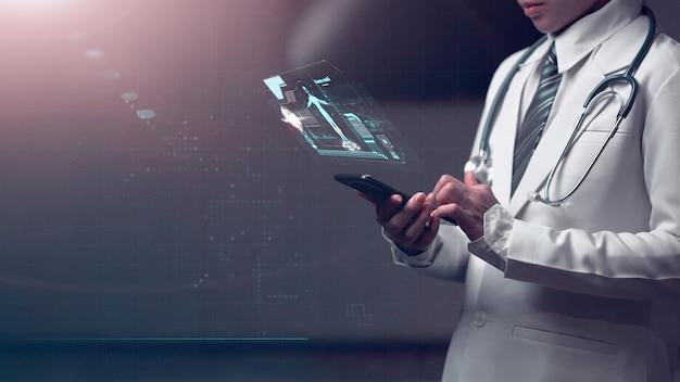 Docteur tenant un appareil intelligent avec un graphique d'anatomie humaine montrant