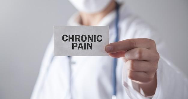 Docteur tenant la carte. la douleur chronique