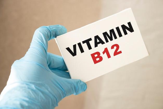 Docteur tenant une carte avec de la vitamine b12, concept médical