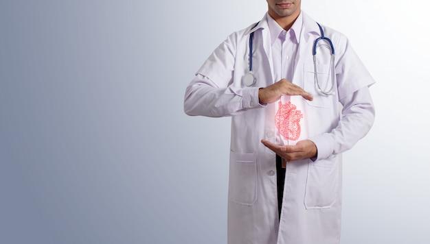 Docteur tenant coeur virtuel