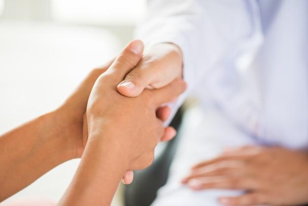 Docteur tenant la main du patient. concept de médecine et de soins de santé.