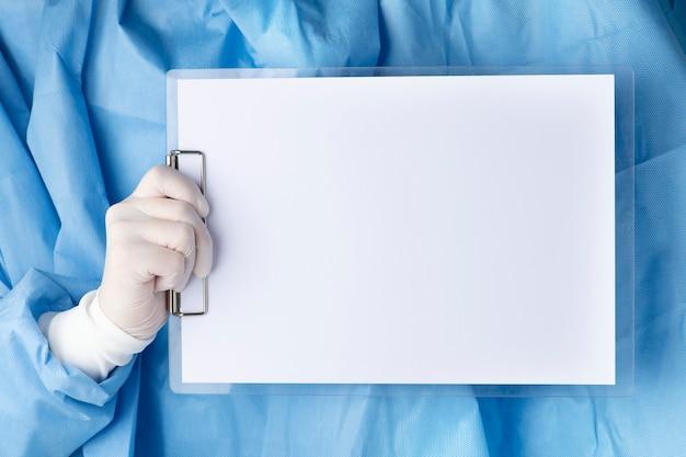 Docteur tenant un presse-papiers