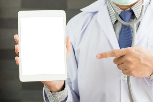Docteur tenant une tablette numérique vide