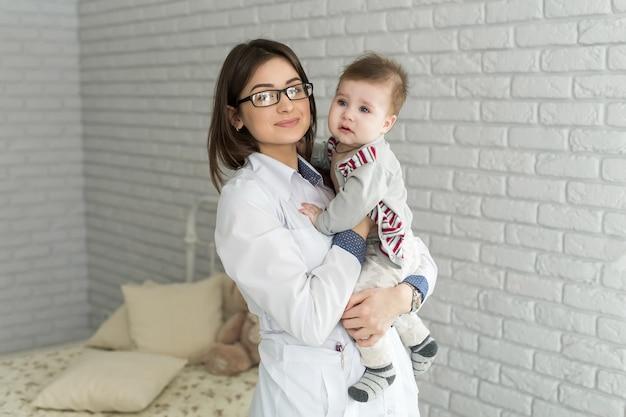 Docteur, tenue, bébé, elle, mains