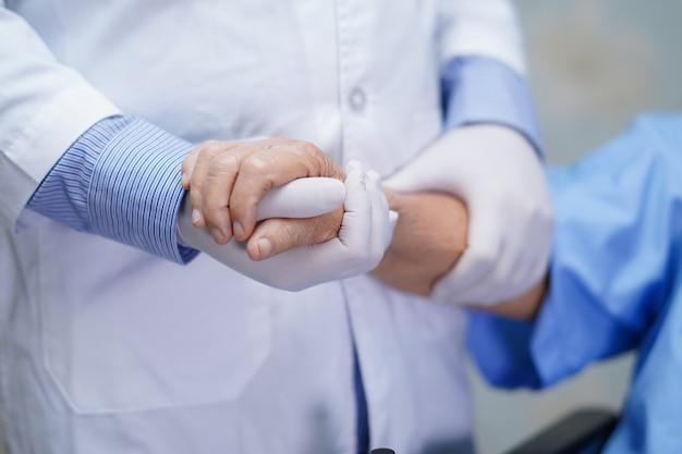 Docteur, tenue, femme aînée, patient, à, amour, soin, et, encourager