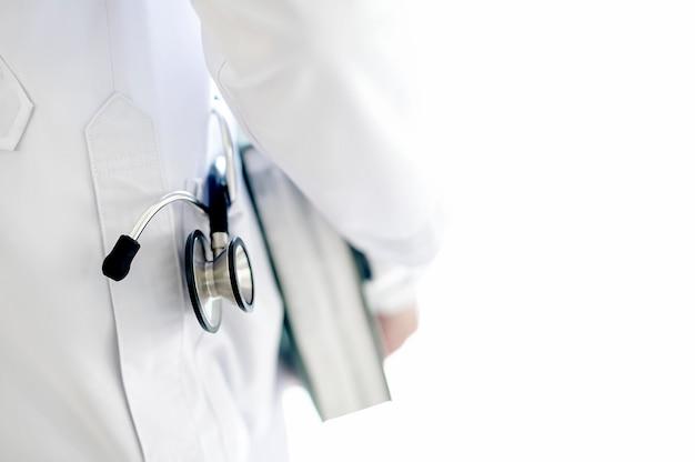 Docteur, tenue, livre, stéthoscope, dans poche poche