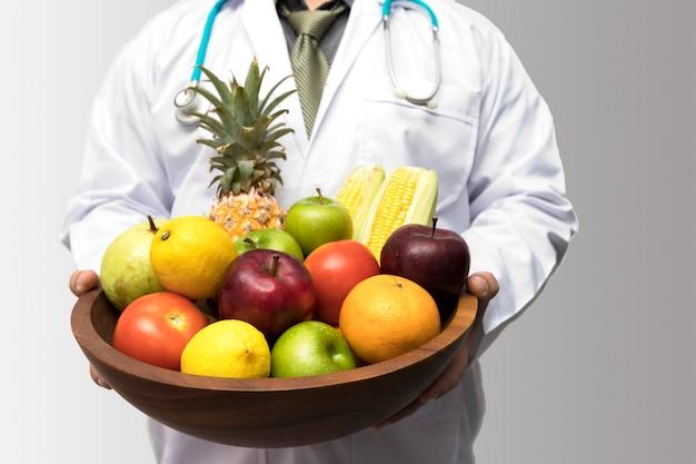 Docteur, tenue, panier, assortir, fruits frais, et, légumes