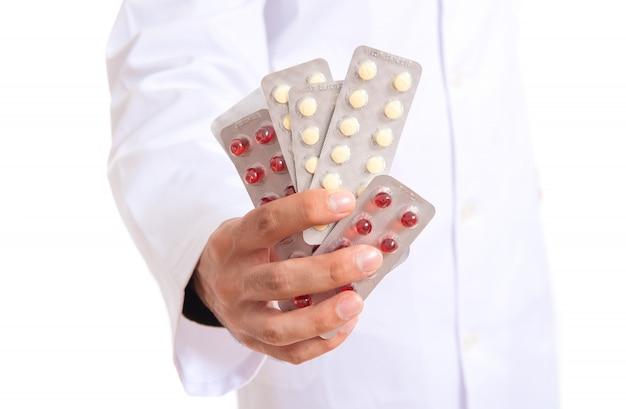 Docteur, tenue, pilules, blanc, fond